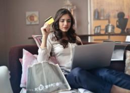 chica adolescente comprando internet